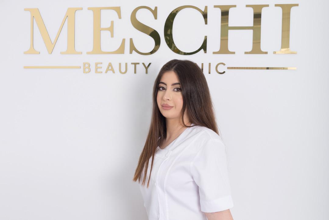 Nina Meschi met haar logo